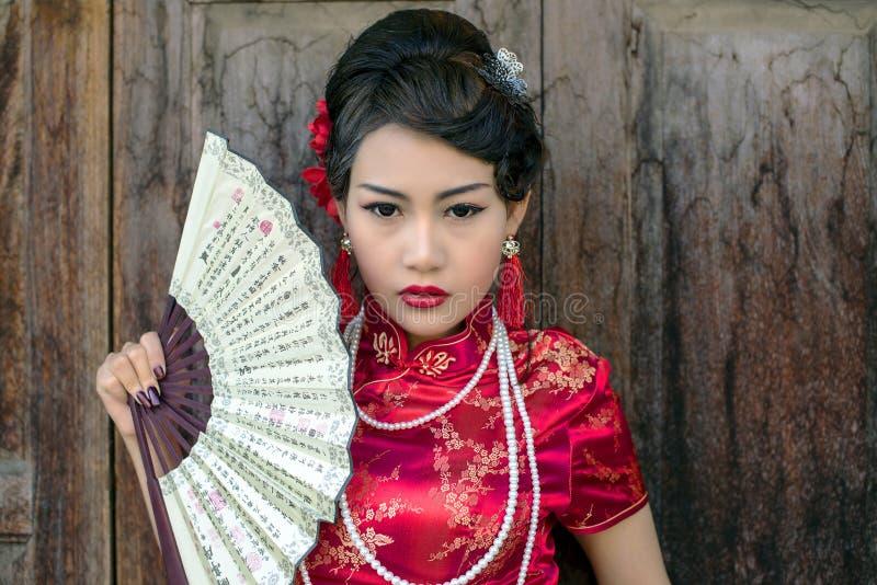 Traditionelles cheongsam rotes Kleid der Chinesin lizenzfreie stockfotografie