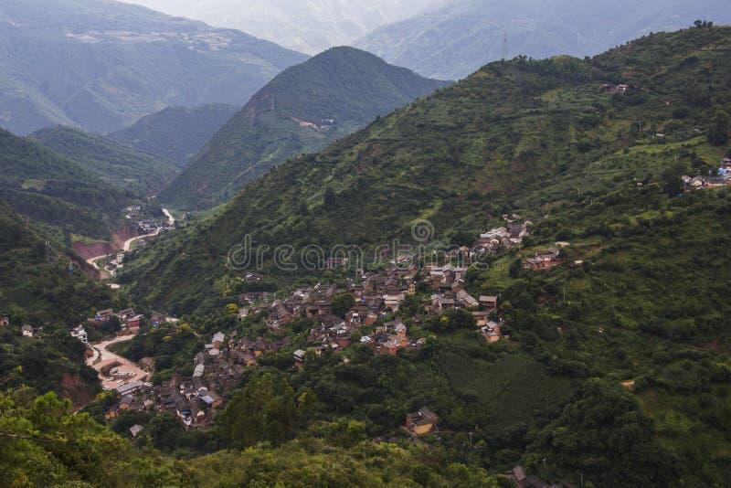 Traditionelles chinesisches Dorf und Landschaft von Hügeln und von Tälern stockfotografie