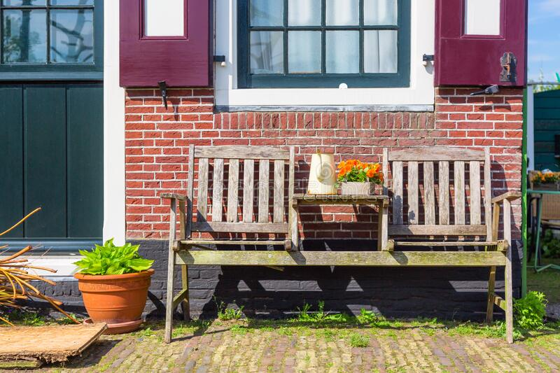 Traditionelles Doppelhaus mit Holzbank und Blumen im Dorf Zaanse Schans, Niederlande Berühmter Fremdenverkehrsort stockbilder