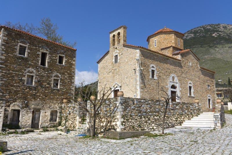 Traditionelles Dorf und Kirche bei Mani stockbilder