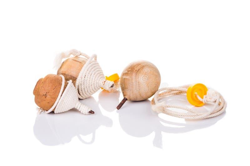 Traditionelles Drehbeschleunigungsspitzenspielzeug lokalisiert im weißen Hintergrund stockbild