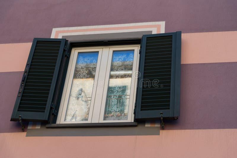 Traditionelles Fenster des italienischen Hauses in einem Dorf von Manarola - Cinque Terre National Park lizenzfreies stockbild