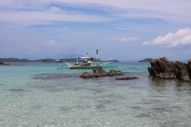 Traditionelles filippino Boot im Meer, Philippinen lizenzfreie stockfotos