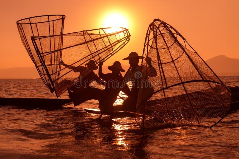 Traditionelles Fischen durch Netz in Birma stockfoto