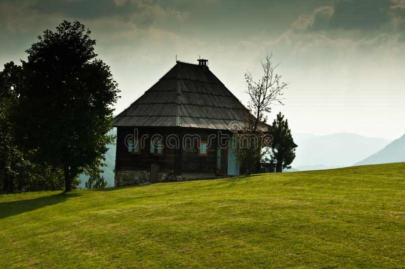 Traditionelles Gebirgshaus stockfotografie