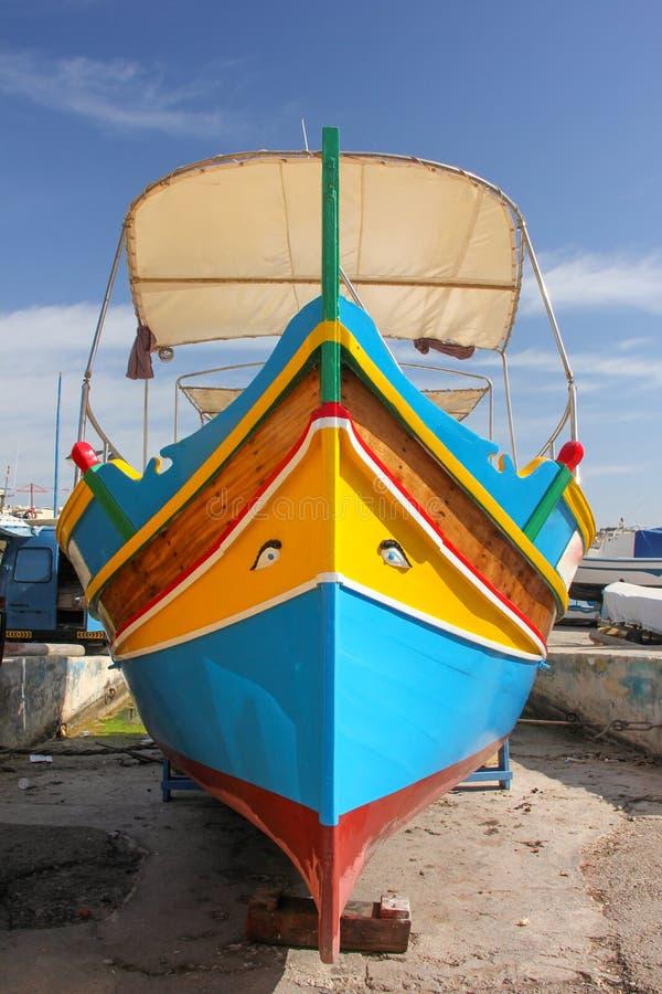 Traditionelles gemustertes Boote luzzu im Fischerdorf Marsaxlokk, Malta stockbild