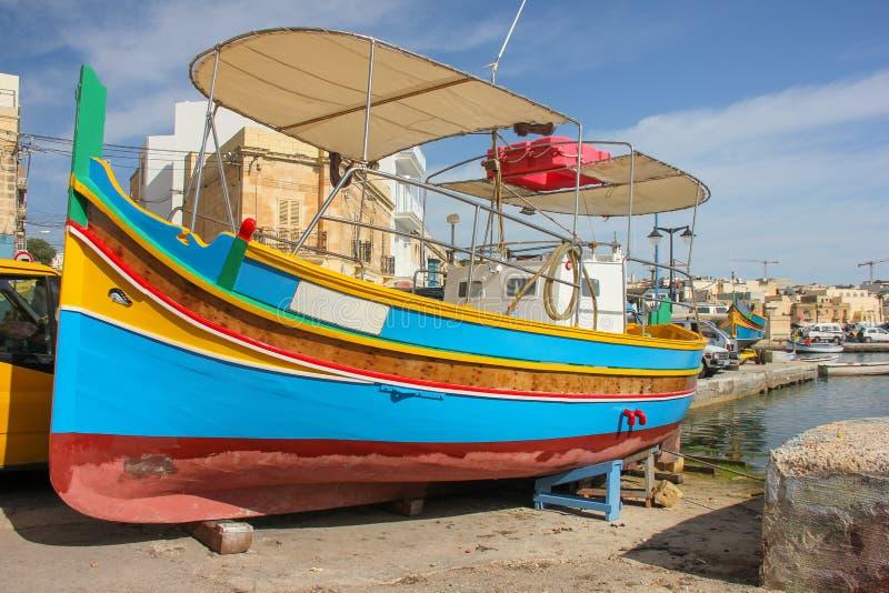 Traditionelles gemustertes Boote luzzu im Fischerdorf Marsaxlokk, Malta lizenzfreie stockfotografie