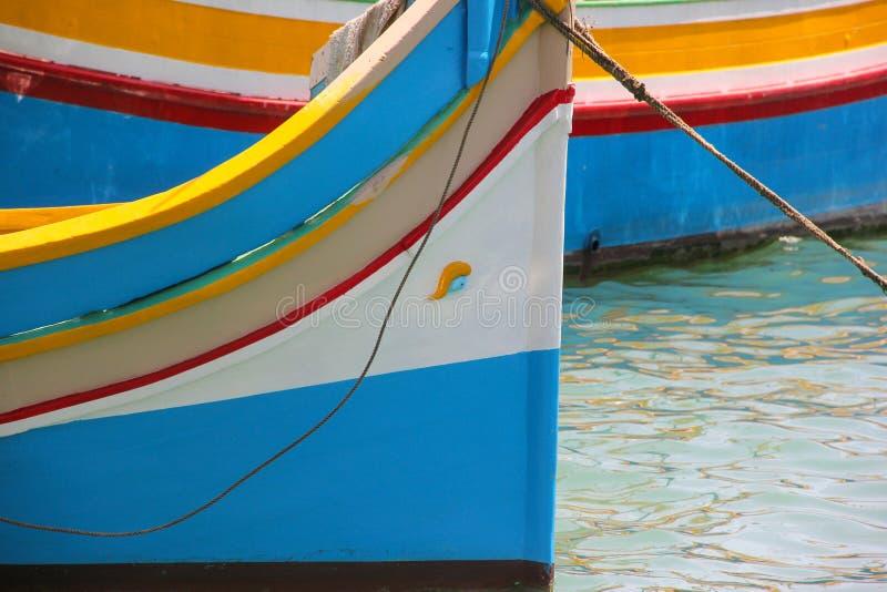 Traditionelles gemustertes Boote luzzu im Fischerdorf Marsaxlokk, Malta stockfotos