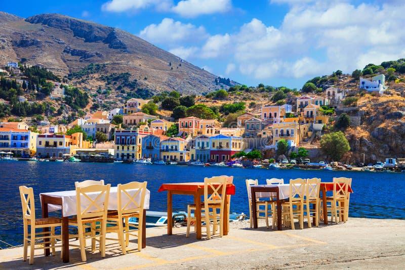 Traditionelles Griechenland - kleine Straße tavernas in Symi-Insel, Dodec stockfotos