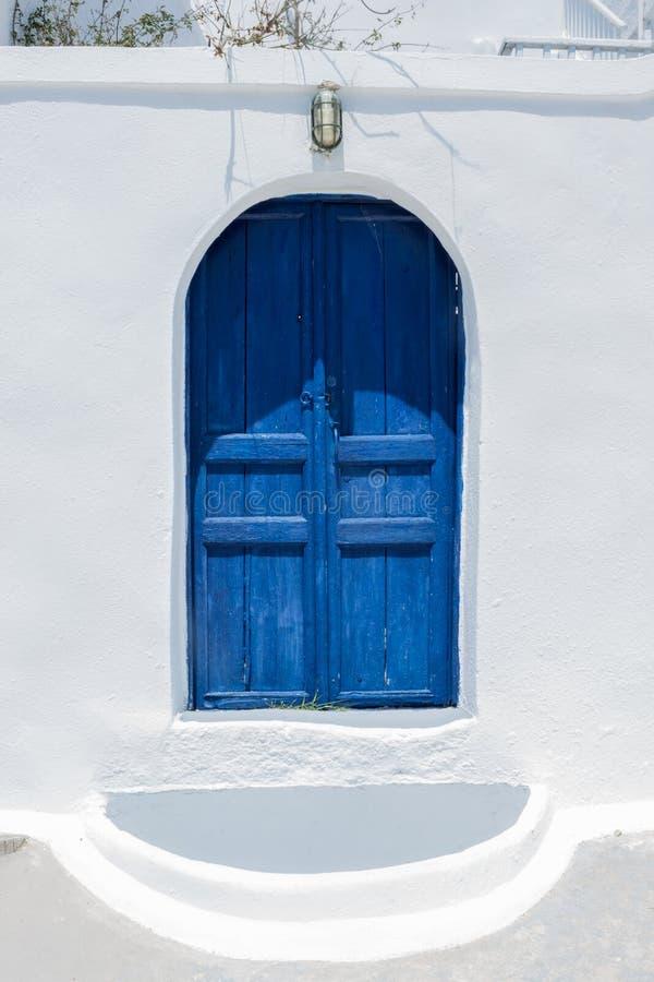Traditionelles griechisches Haus auf Santorini mit blauer Tür lizenzfreie stockbilder