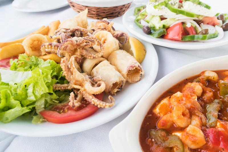 Traditionelles griechisches Lebensmittel gedient Restaurant am im Freien stockfotos