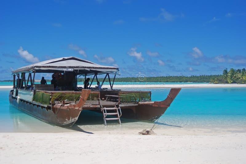 Traditionelles hölzernes Boot angekoppelt in einer Fuß-Insel, Aitutaki, Koch Islands lizenzfreie stockfotos