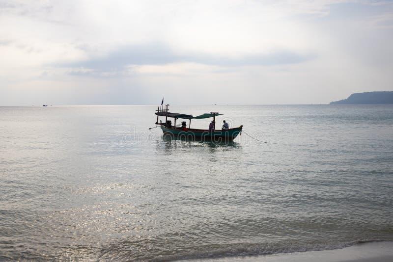 Traditionelles hölzernes Boot in Kambodscha Sonnenaufgangseelandschaftsfoto See- und Himmelansicht mit Bootsschattenbild lizenzfreie stockfotos