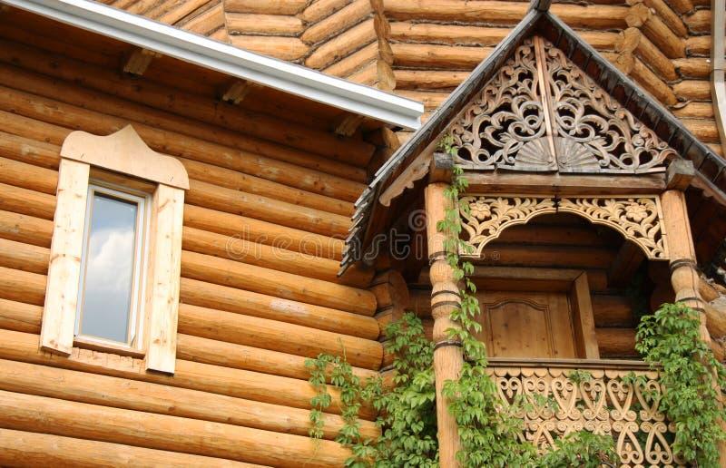 Traditionelles hölzernes russisches Haus stockfoto