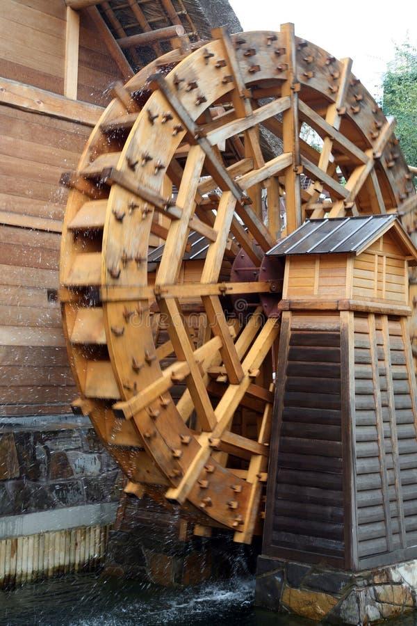 Traditionelles hölzernes Wasserrad lizenzfreie stockfotos