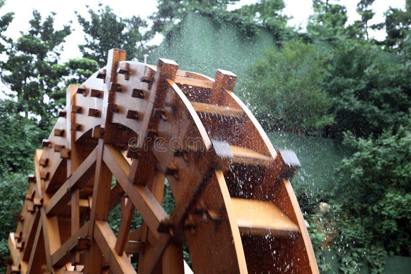Traditionelles hölzernes Wasserrad lizenzfreie stockbilder