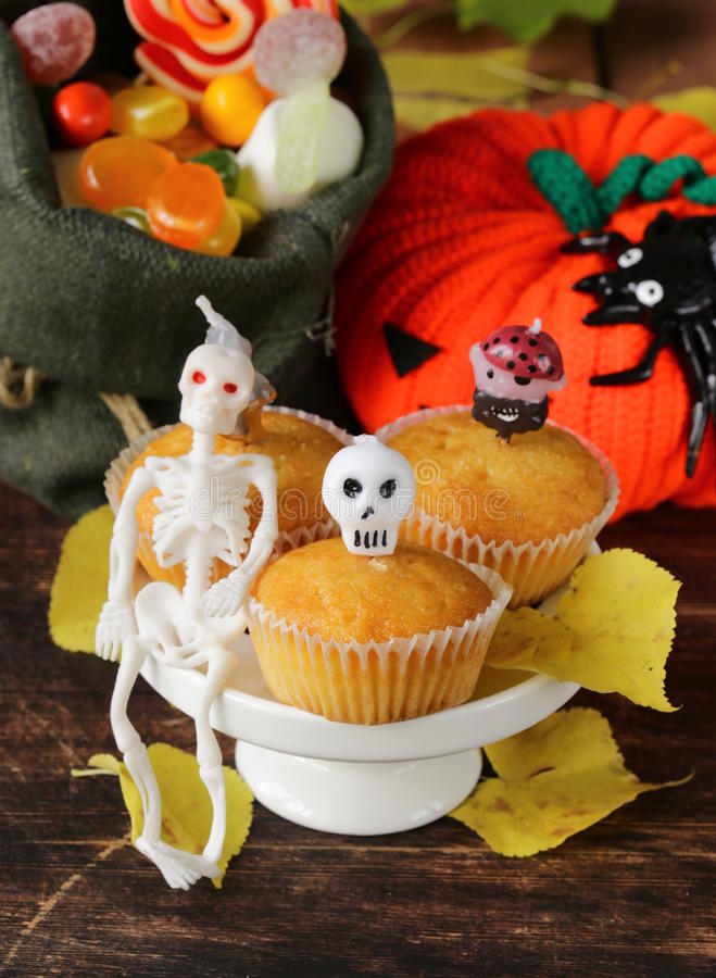 Traditionelles Halloween behandelt kleine Kuchen stockfotos