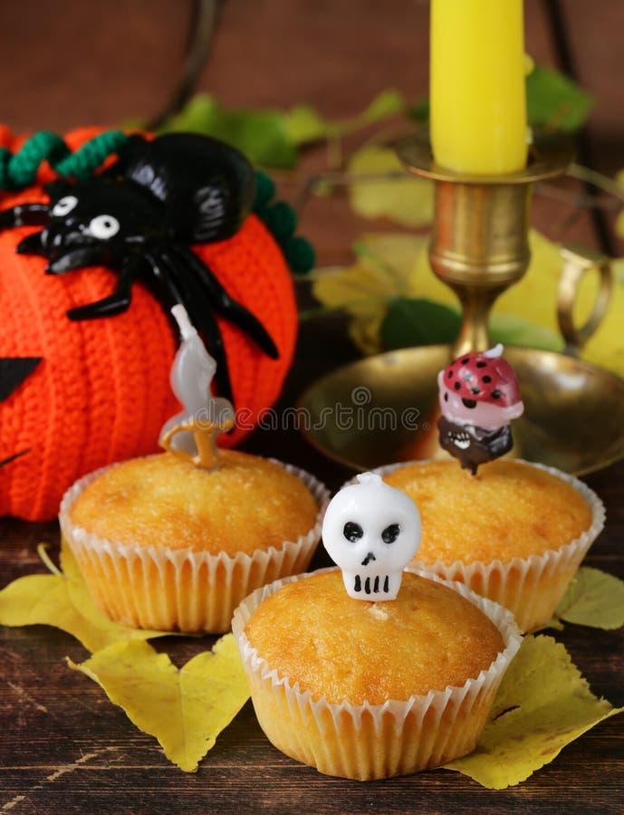 Traditionelles Halloween behandelt kleine Kuchen mit Kerzen stockfotos