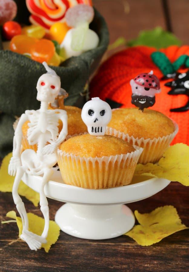 Traditionelles Halloween behandelt kleine Kuchen mit Kerzen lizenzfreie stockfotografie