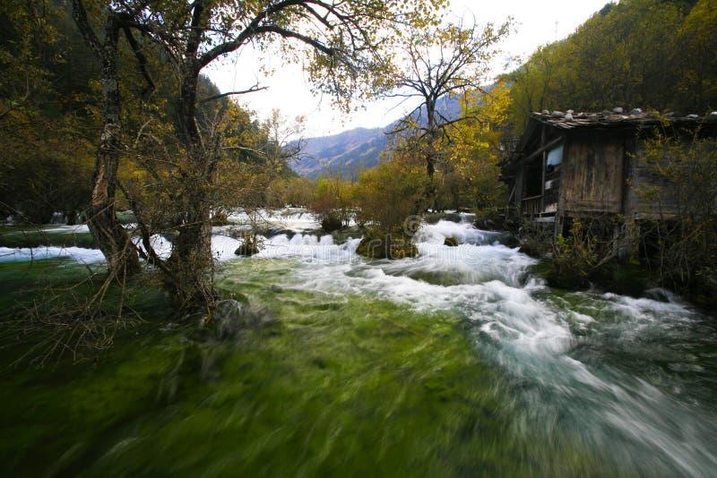 Traditionelles Haus durch den Fluss stockbild
