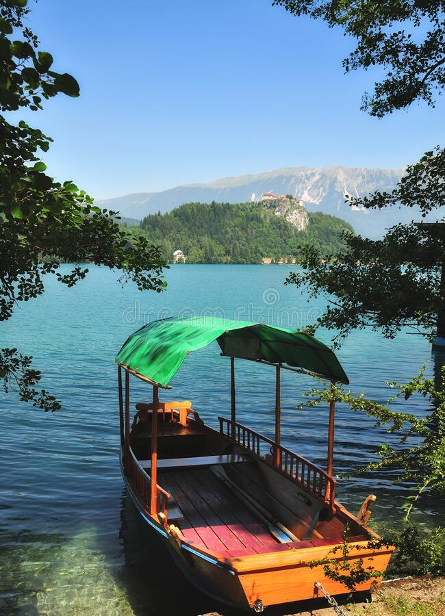 Traditionelles Holzboot,Bled-See,Slowenien lizenzfreie stockbilder