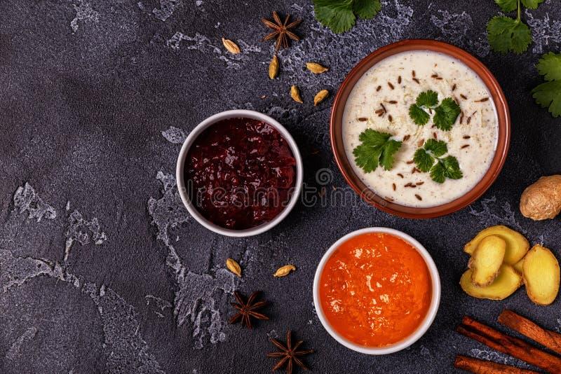Traditionelles indisches raita mit Gurke, Kreuzkümmel, Koriander und Chu stockfotografie