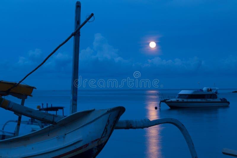 Traditionelles indonesisches hölzernes Fischerboot lizenzfreies stockfoto