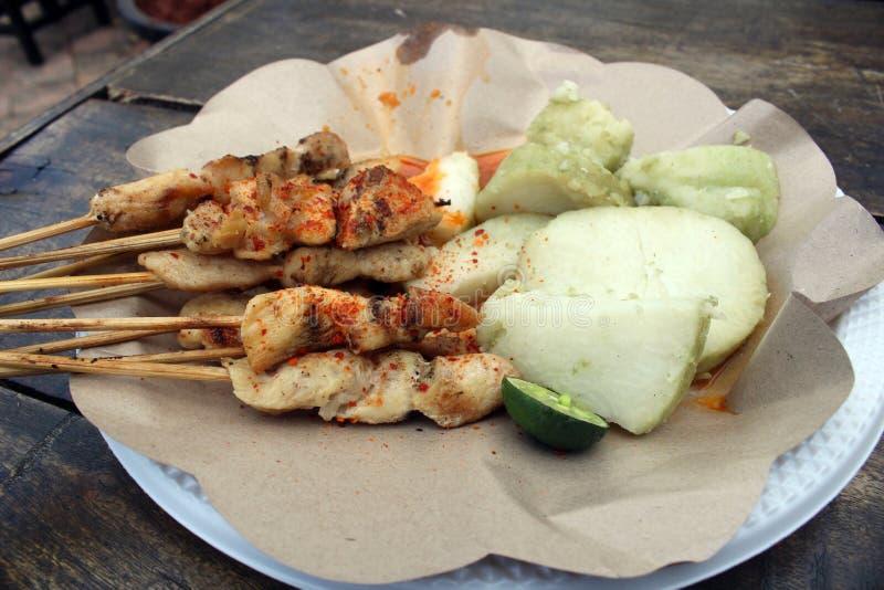 Traditionelles indonesisches Huhn sättigen taican Paprikasoße des Schnellimbisses der Snäcke gebratene lizenzfreie stockfotografie