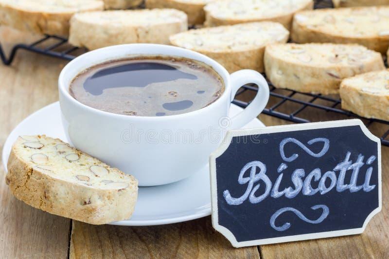 Traditionelles italienisches biscotti mit Mandel und Tasse Kaffee lizenzfreie stockbilder