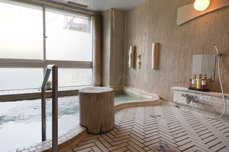 Japanisches Bad traditionelles japanisches bad in irgendeinem gelegentlichem