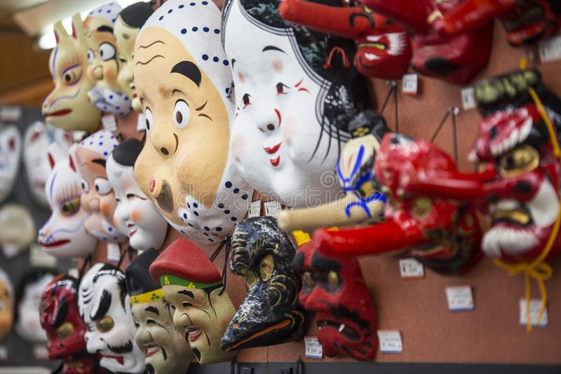 Traditionelles japanisches buntes roter weißer der Maske I und Hautton auf Anzeige herein entlang Weise zu Sensoji-Tempel Tokyo J lizenzfreies stockbild