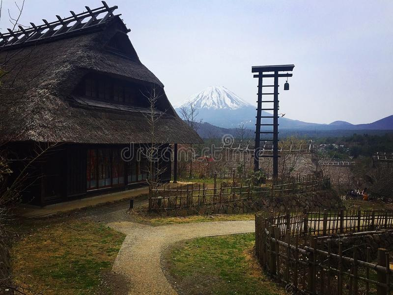 Traditionelles japanisches Dorf mit mt fuji lizenzfreies stockbild