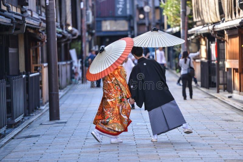 Traditionelles japanisches Hochzeitskostüm in Kyoto lizenzfreies stockfoto