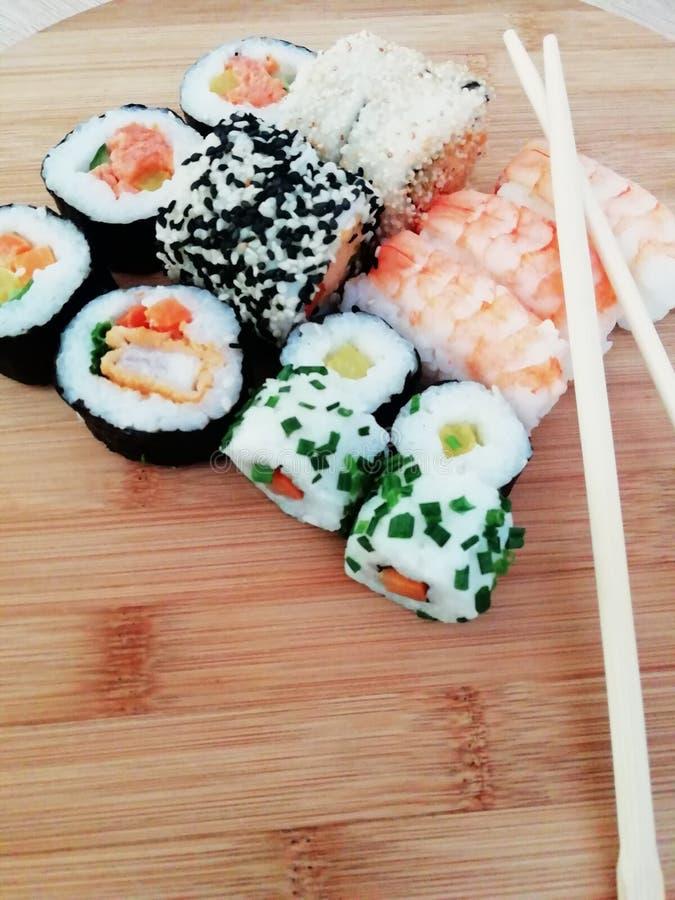 Traditionelles japanisches Lebensmittel machen mit rohen Fischen Maki und Rollen mit Thunfisch stockfotografie