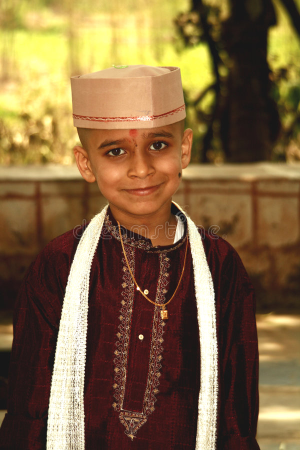 Traditionelles Kleid des indischen Jungen lizenzfreie stockfotos