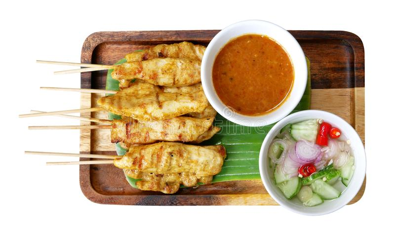 Traditionelles Lebensmittel des Hühneraufenthalts mit Gewürzen und die Erdnuss sauce Draufsicht lokalisiert auf weißem Hintergrun stockfotos