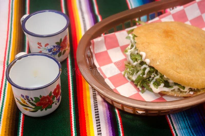 Traditionelles mexikanisches gordita über einem sarape stockbild