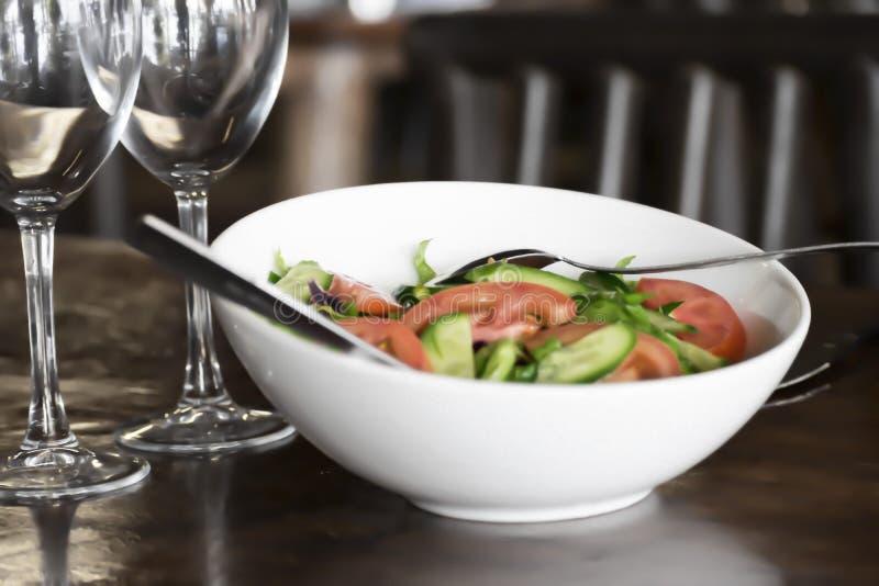 Traditionelles Mittelmeerlebensmittel Zwei Gläser und Teller mit frischem geschnittenem Gemüse auf dem Tisch im Restaurant Salat  stockbild