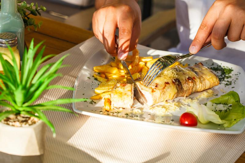 Traditionelles montenegrinisches Fleisch Negush-Steak auf weißer Platte in einem Restaurant lizenzfreies stockfoto