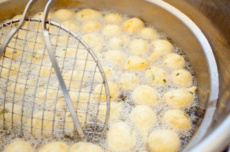 Traditionelles neapolitanisches Lebensmittel Zeppulelle gebraten und salzig lizenzfreies stockfoto