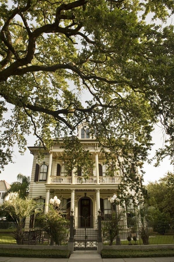Traditionelles New- Orleanshaus in Gartenbezirk s lizenzfreies stockfoto
