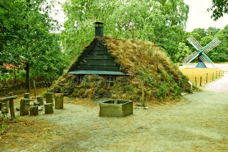 Traditionelles niederländisches Haus mit einer Mühle Die Niederlande Juli stockfotografie