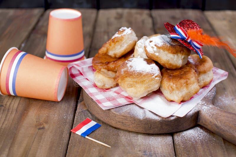 Traditionelles niederländisches süßes Gebäck Festtag des Königs dekor Orange Sachen für den Feiertag Spaßpartei netherlands Papie stockbild
