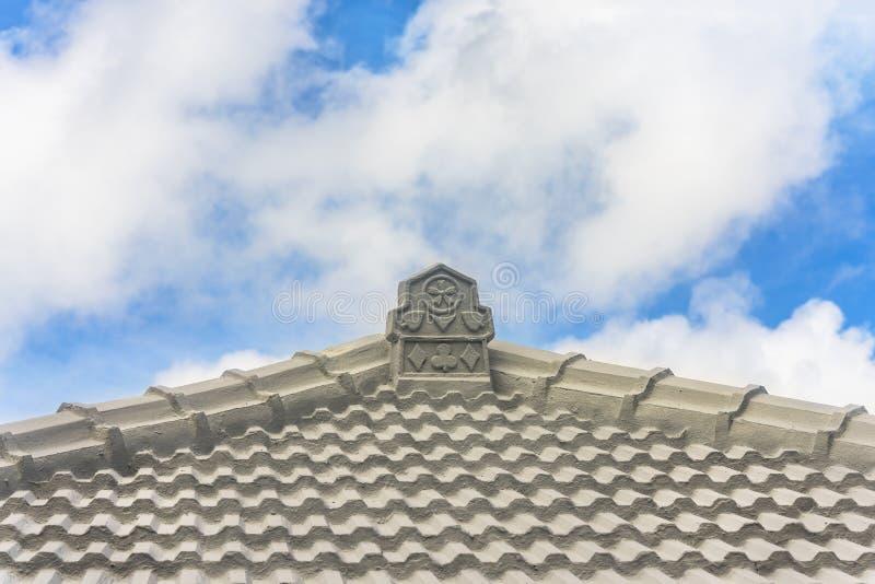 Traditionelles Okinawa-Fliesendach mit Kartenspiel-Designs wie Klee, Herz, Fliesen und Spaden lizenzfreie stockbilder