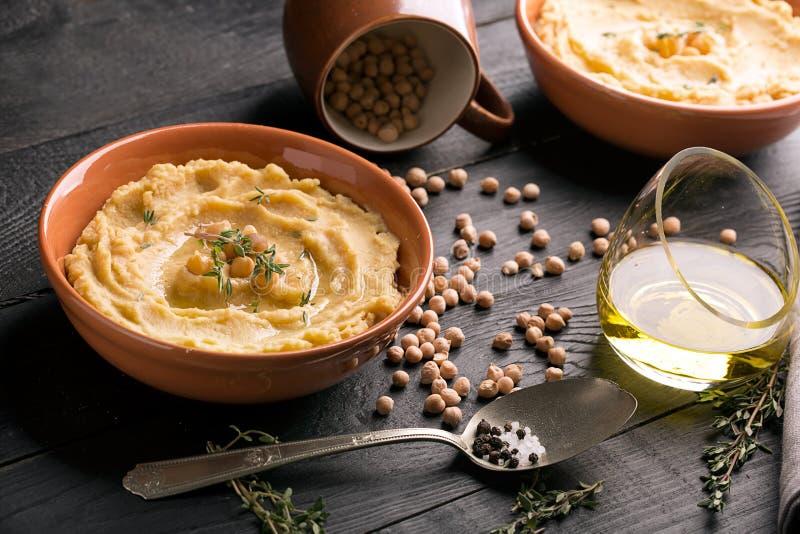 Traditionelles orientalisches hummus stockbild