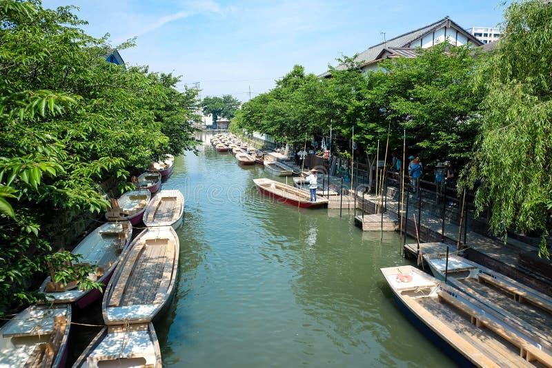 Traditionelles poled Boot, geparkt an der Plattform in Yanagawa, Jap stockbild