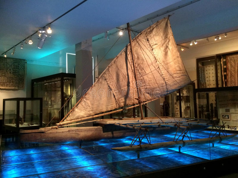 Traditionelles polynesisches Boot in Auckland-Museum stockbilder