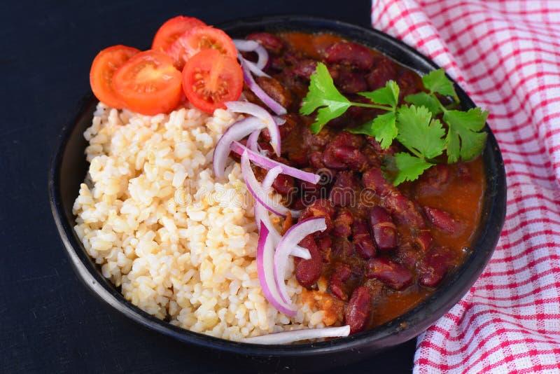 Traditionelles punjabi Curry - Rajma masala serviert mit Reis und Salat lizenzfreie stockfotos