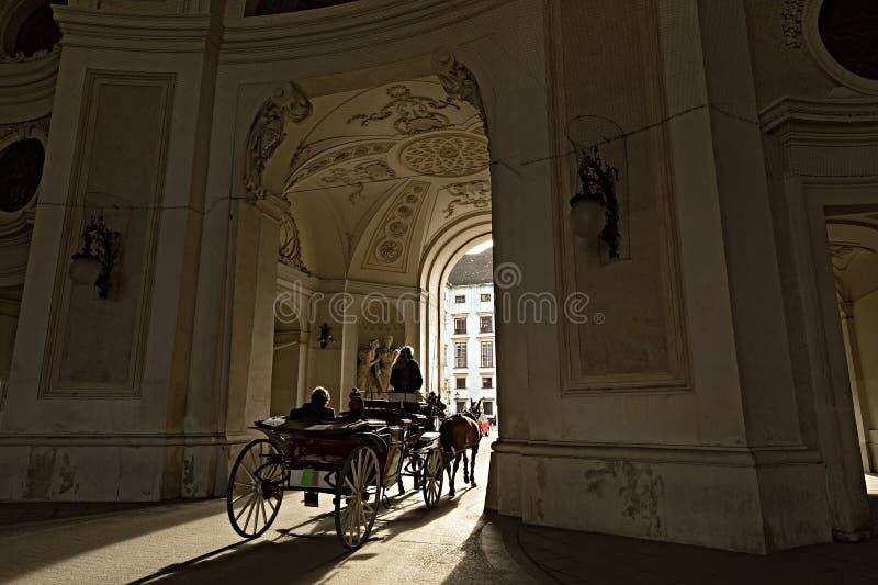 Traditionelles Reiten in einem bespannten Fiaker Wien, Österreich lizenzfreies stockbild