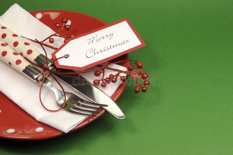 Traditionelles rotes und grünes fröhliches Weihnachtsessen- oder Mittagessentabellengedeck stockbilder